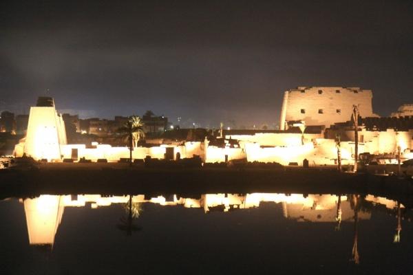 Son et lumière sur le lac sacré.
