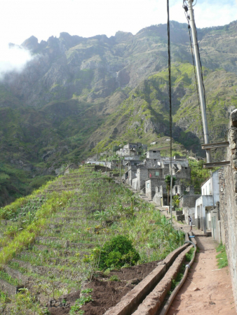 Traversée du petit village de Rabo Curto depuis Ribeira Do Torres