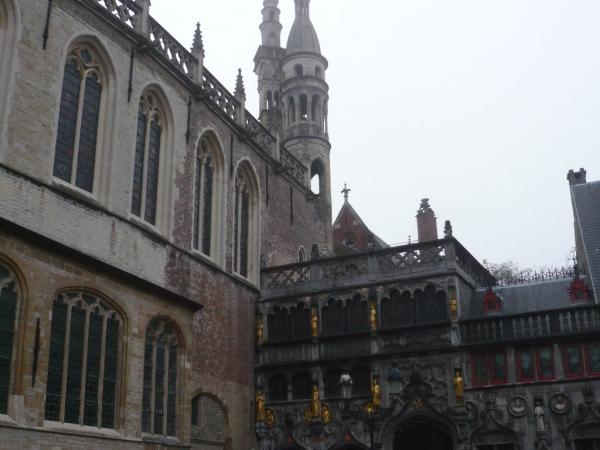 la basilique du Saint Sang sur la place du Burg