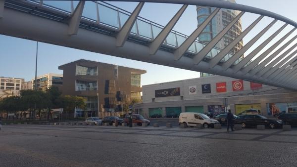 Passerelle liant la centrale de bus au centre commercial