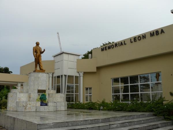 Statue de Léon Mba et bâtiment principal du mémorial