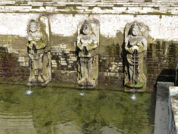 Belles fontaines sur le site, l'eau petmettrait de conserver notre jeunesse