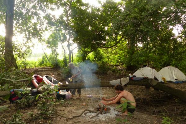 Bivouac et grillades sur un îlot forestier