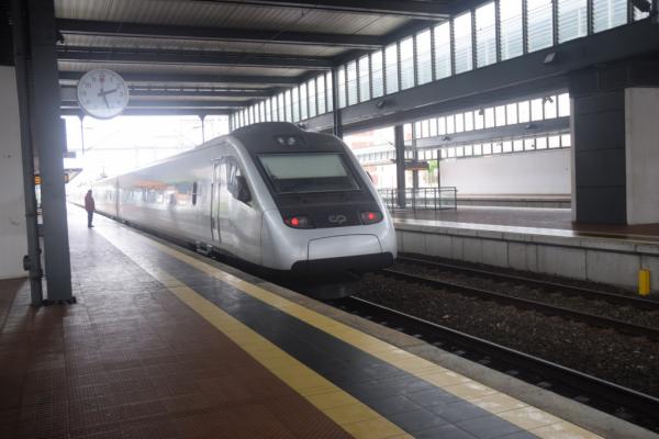 Le train qui s'incline dans les virages