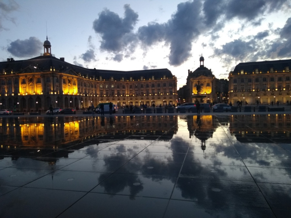 Place de la bourse, avec son reflet, de nuit