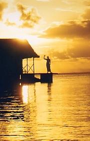 c'est ma femme sur la terrasse du dernier bungalow sur pilotis !!!!!