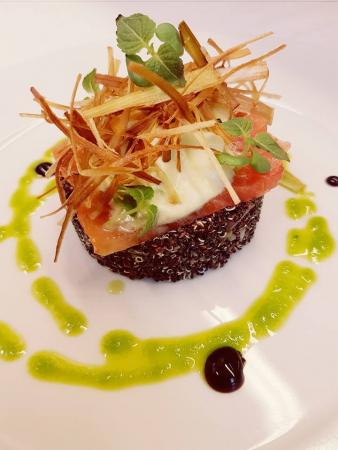 Saumon mariné avec quinoa et sauce wasabi