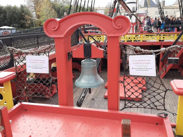 Vue sur la cloche et sur les ponts de l'Hermione.