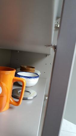 Décalage de niveau des supports central et latéral. Ecart profond entre le bord de l'étagère et le support central.