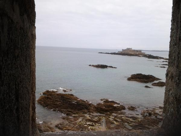 Regard de la ville sur le fort
