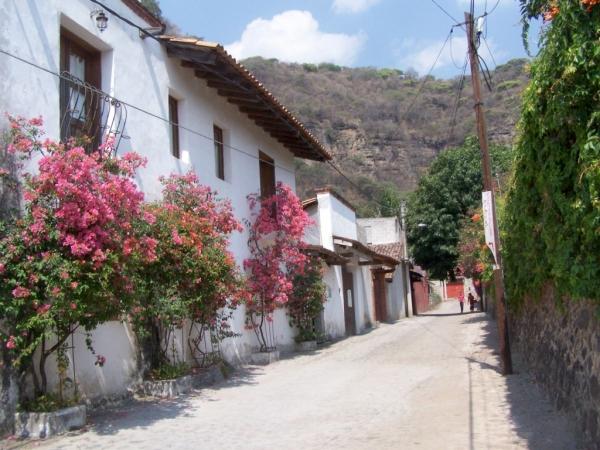 Façade des chambres d'hôtes Las Bugambilias, depuis la rue San Juan, à 150 mètres de l'église du quartier. Situées à 7 min. à pied du centre du village de Malinalco.
