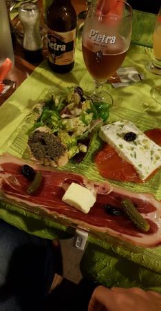 Entrée petite salade tapenade charcuterie corse et terrine de brucciu courgette et pistache