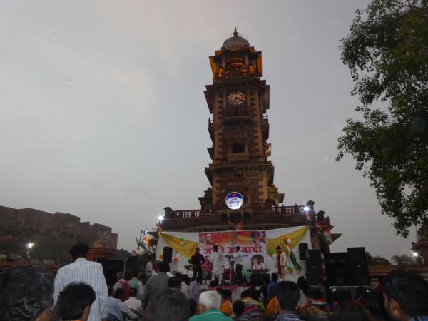 l'horloge au centre du bazar