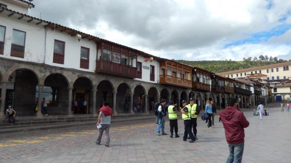 arcades et balcons. Place très surveillée par la police locale.