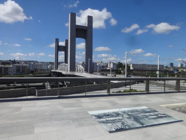 Esplanade et vue sur le pont