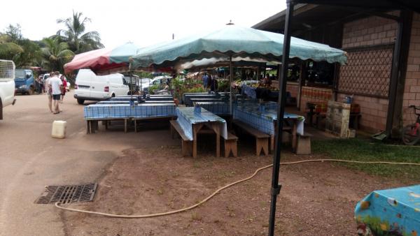 Les grandes tables prêtes pour les collations à toute heure du matin !