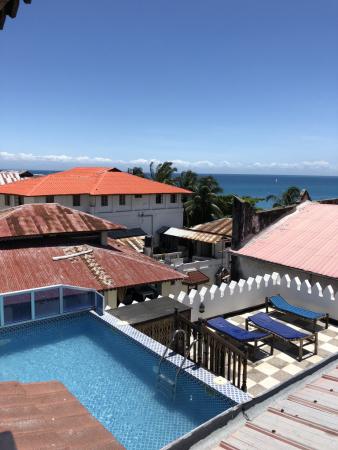 Vue du rooftop avec piscine sur le toit