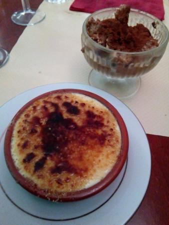 Les desserts sont aussi délicieux, crême brûlée et tiramisú maison dans cette photo