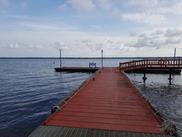 Ponton en face de l'hôtel pour ballade sur la lagune