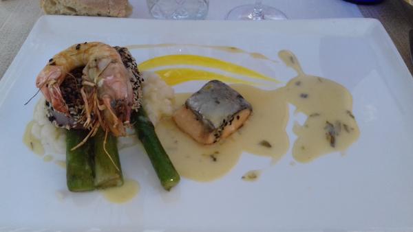 En plat un trio de poissons avec un risotto aux asperges vertes
