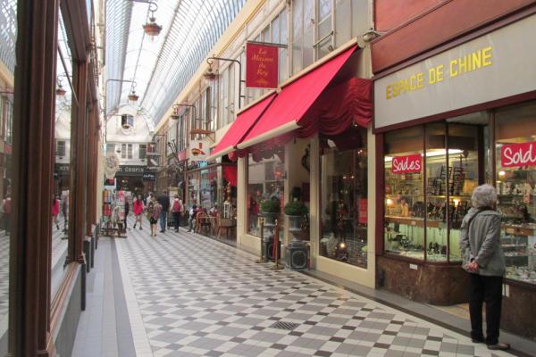 galerie de magasins à la sortie du musée