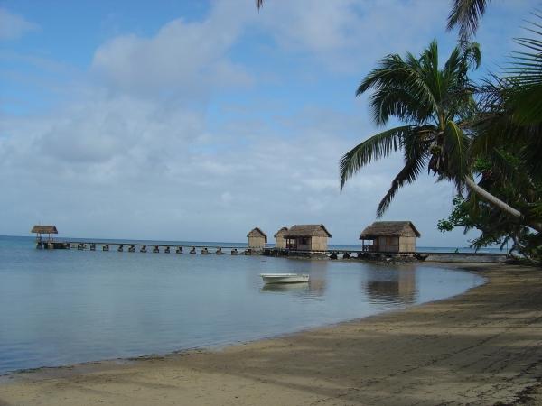 ponton donnant accès aux bungalows