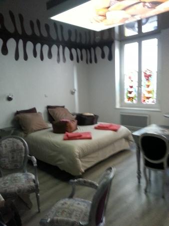 le lit et les magnifiques vitraux de l'appart