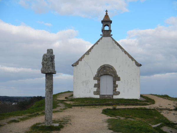 La croix et la chapelle au sommet du Tumulus Saint-Michel.