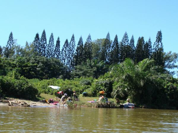 Lessive dans le canal Pangalanes