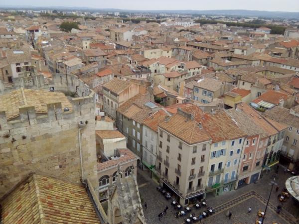 Vue de la place devant le palais et de la ville depuis le donjon
