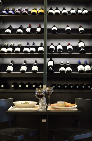 Notre table devant la très jolie cave à vin.Vraiment sympa.