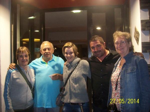 De gauche à droite : Cathy, un Ami du Patron, Allison, Le Patron, Marie-Hélène.