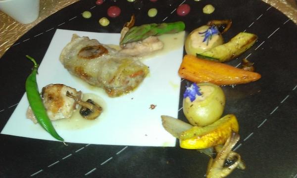 Déclinaison autour du lapin : nem, cuissot et râble, jus à la truffe, petits légumes poêlés et bonbon de pommes de terre sauce japonaise