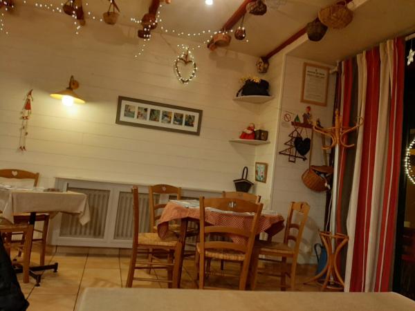 Vue partielle de la salle de la crêperie Le Petit Chaperon Rouge à Concarneau joliment décorée en ce mois de décembre