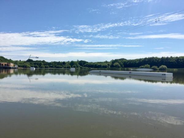 L'étang de Buhel offre une activité de téléski nautique et c'est fantastique