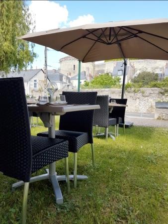 La fameuse terrasse en herbe du restaurant l'Ecluse à Amboise : pour une pause gourmande et fraîche entre la visite du château et du Clos Lucé