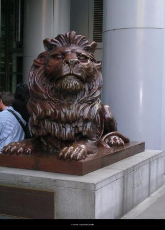Le Lion, gardien de la banque et censé porter bonheur à ceux qui le caressent.