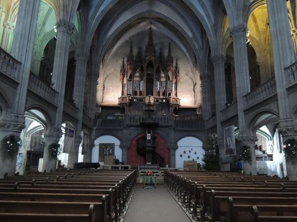 Intérieur du temple, avec un orgue