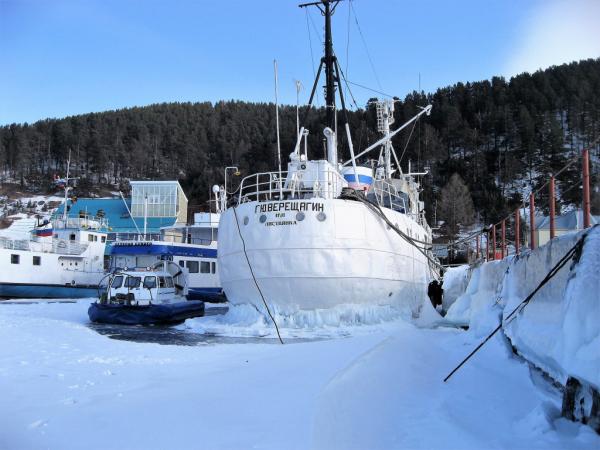 Port de Listvianka pris par les glaces