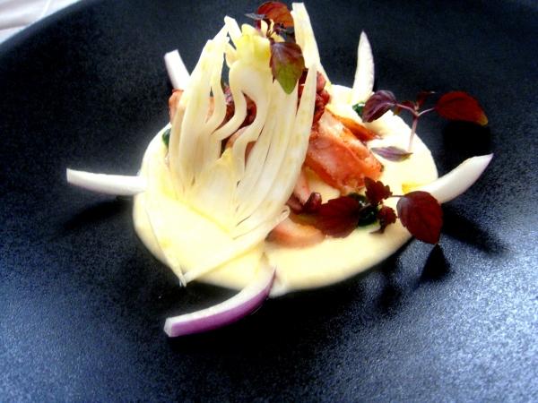 Emincé de Calamar à la plancha, Velours de Ratte du Touquet, Oignon rouge et fenouil, Huile de choux infusée à la sauge