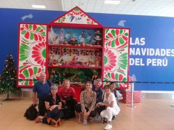 Notre équipe avec notre guide devant les crèches traditionnelles à  l'aéroport de LIMA