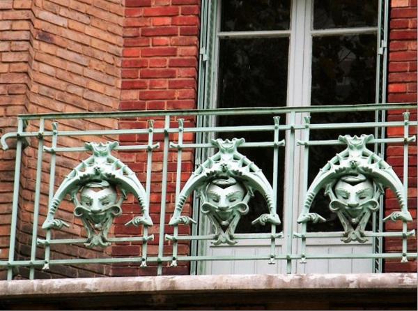 des petits diables sur les balcons