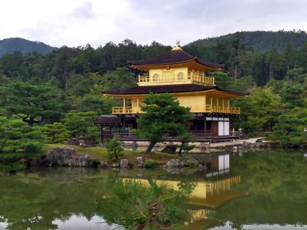 Vue sur le pavillon d'or Kinkaku-Ji