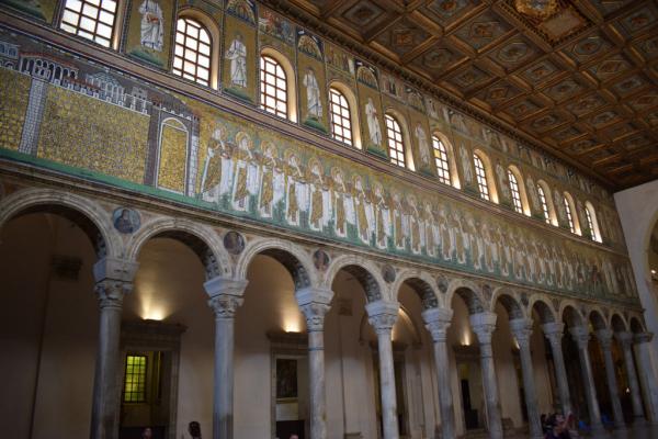 Intérieur de la basilique avec les mosaïques
