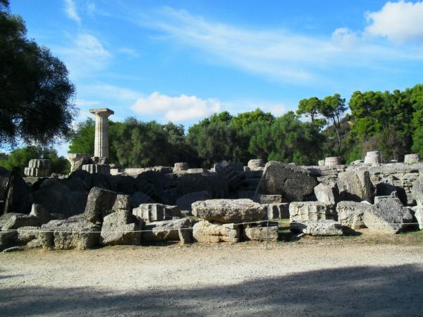 Temple de Zeus avec une colonne reconstituée pour les JO de 2004