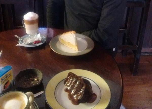 Torta de limón, y torta de chocolate con capuccino