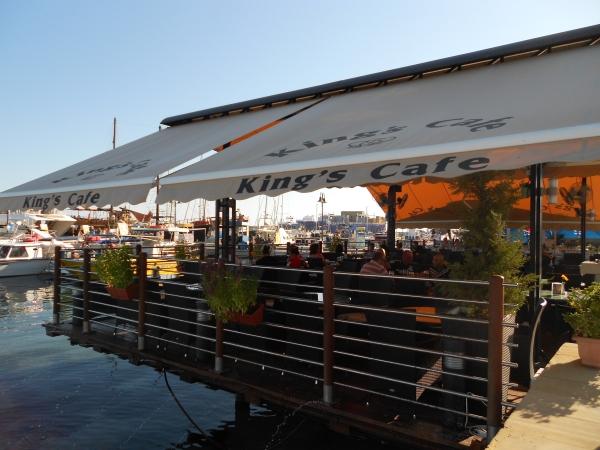 Un café sur la rue marchande du port de Paphos