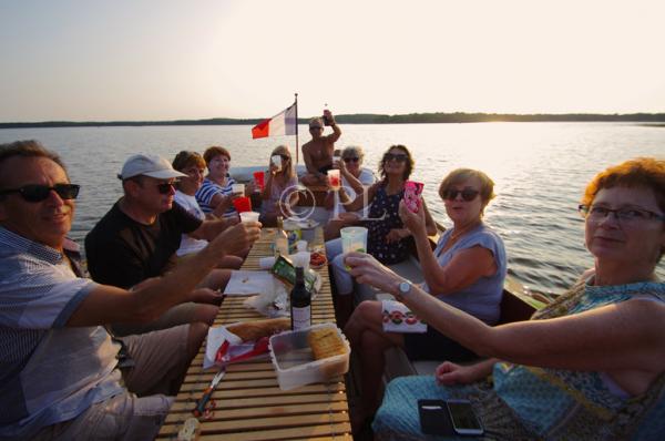 confortablement installés autour d'une table, partage et convivialité au coucher du soleil !