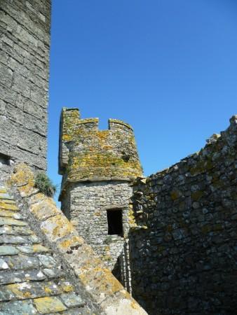 Château de Pirou - quand on se promène sur le chemin de ronde....