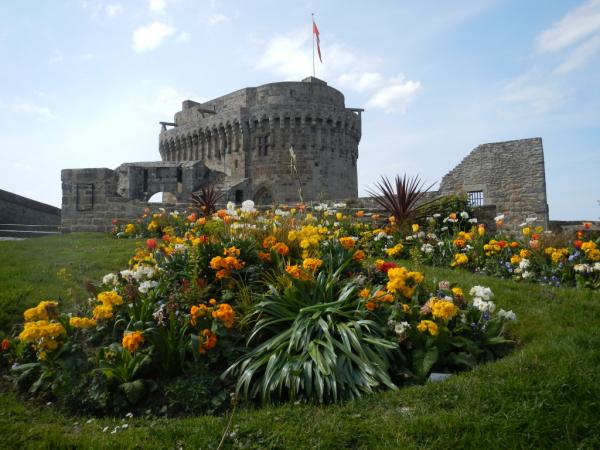 Le Château de Dinan et son parterre de fleurs
